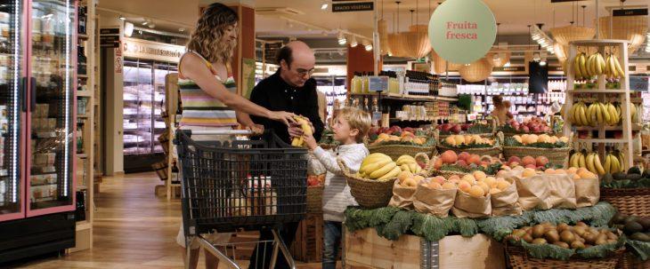 La campanya 'Jo com tu' sensibilitza sobre les dificultats que tenen les persones més vulnerables per comprar a la botiga més propera del seu domicili. Font: Càritas Catalunya